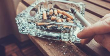 Гърците: те ни забраняват, ние си пушим