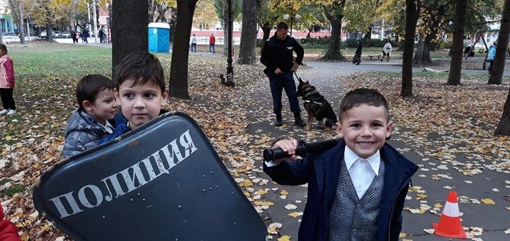 Деца поздравиха полицаи в Стара Загора