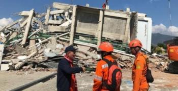Над 1200 станаха жертвите на земетресението и вълната цунами в Индонезия