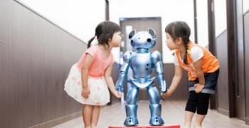 Роботи се грижат за деца в японски градини