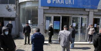 Албанците могат да излизат от дома само с разрешение с sms или по интернет