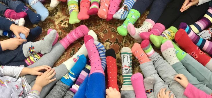 """В Казанлък: """"Светулка"""" обу шарени чорапи на децата от """"Славейче"""""""