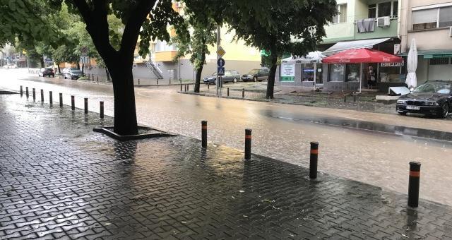 Монтират нови отводнителни улеи на проблемни места в Стара Загора