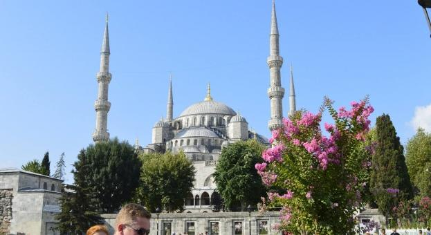 Турция задържа 6000 нерегистрирани мигранти при хайка в Истанбул