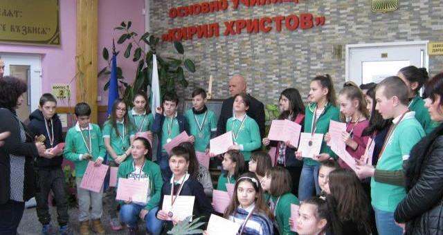 """Ученици от """"Кирил Христов"""" разграбиха медалите на национални състезания"""
