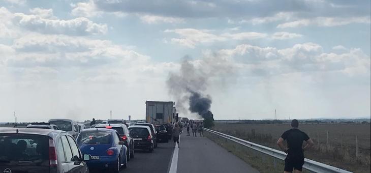 """Камион гори на АМ """"Тракия"""", движението е спряно"""