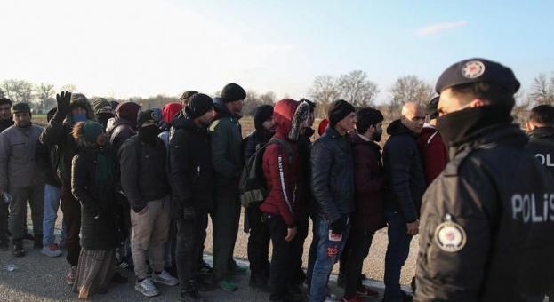 """""""Дейли мейл"""": Близо 30 000 мигранти заплашват границите на Гърция и България"""