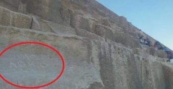 """Надпис """"Локо 2019"""" се появи на Хеопсовата пирамида"""