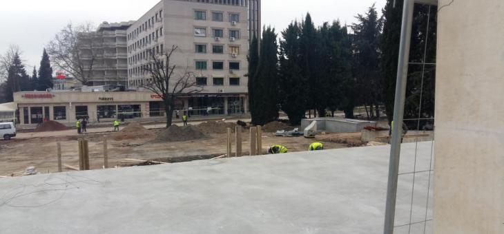 Засипват гробовете пред общината