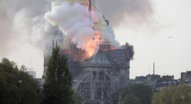 Пожар избухна в прочутата катедрала Нотр Дам в Париж