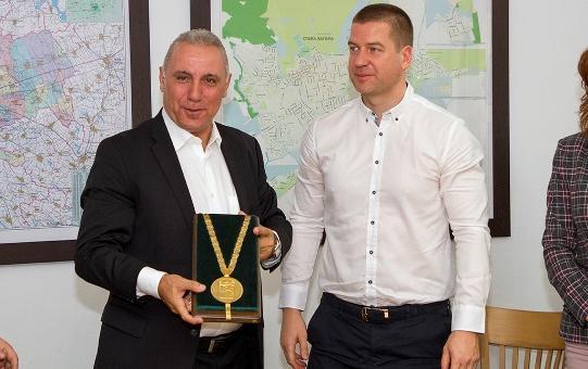 Христо Стоичков дарява премията си за лечението на Мая