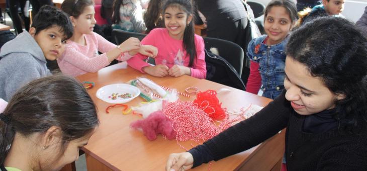 Деца изработваха благотворително мартенички