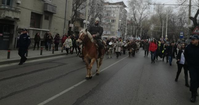 Хиляди в паметното шествие за Националния празник (СНИМКИ)