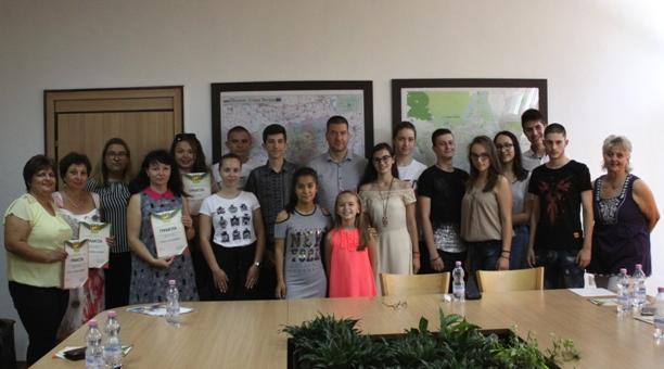 """Кметът връчи грамоти на първите участници в лагер """"Лидери на бъдещето"""""""