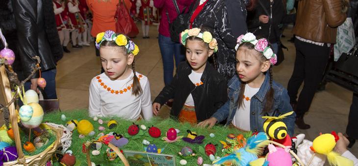 """Изложба """"Шарен, пъстър Великден"""" радва посетителите в общината"""