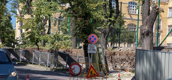 Започна ремонтът на компрометираната част от оградата на II Основно училище