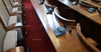 Парламентът не събра кворум за извънредното заседание