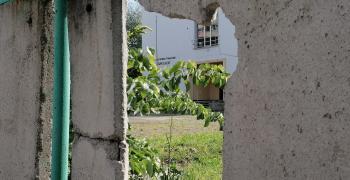 Кой замърсява двора на бивше училище в Стара Загора?