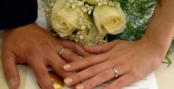 Броят на командировките влияе положително върху брака