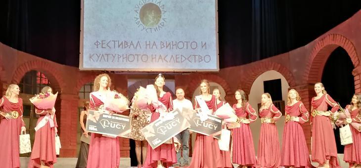 """Ученичка от Езиковата гимназия в Стара Загора взе титлата """"Царица на Августиада"""""""