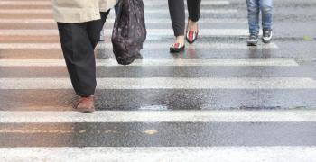 Пешеходка се бори за живота си след инцидент