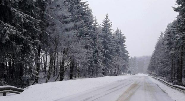 Над 340 машини обработват пътните настилки в районите със снеговалеж
