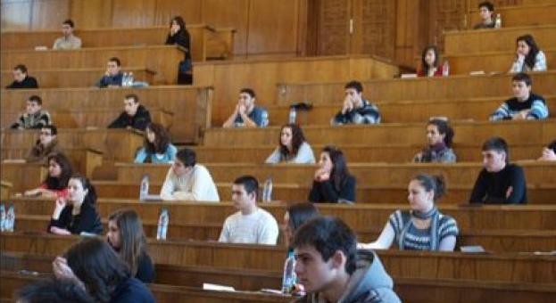 Университети вече приемат с тестове, попълнени вкъщи