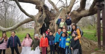 """Второкласници и техните родители участваха в инициативата """"Заедно да почистим Стара Загора"""""""
