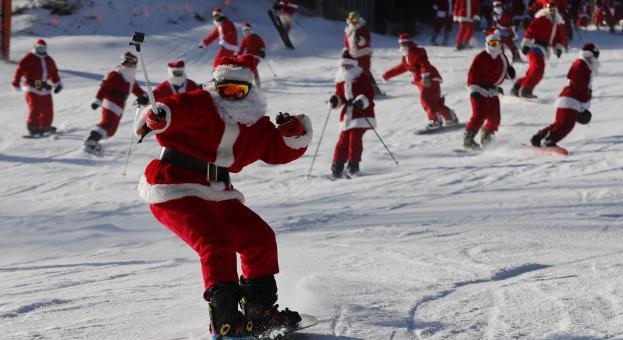 Дядо Коледа на ски: Благотворително състезание в САЩ