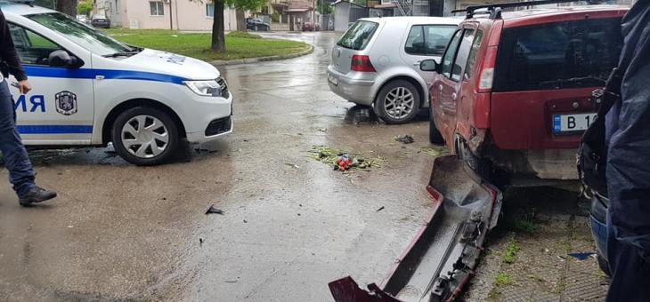 Шофьор удари коли и блъсна жена, която пресича