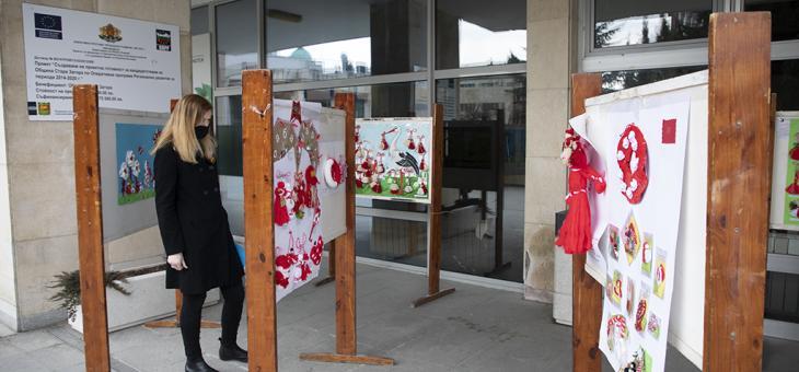 """Подредиха изложба """"Баба Марта бързала, мартенички вързала""""  в Стара Загора"""