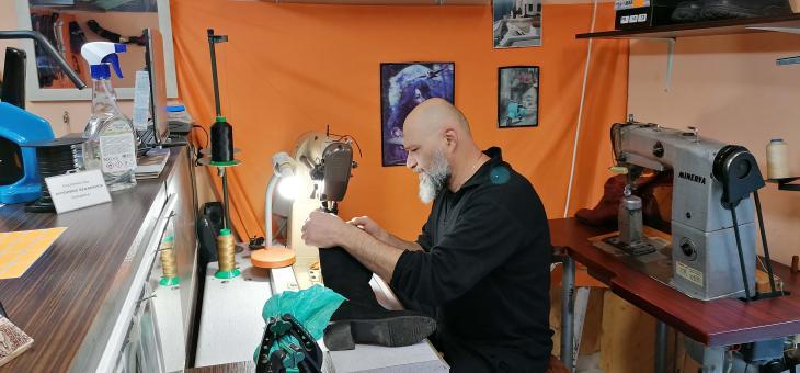 Гръцки майстор поправя обувки