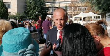 Министър Вълчев: При 20% ученици със симптоми ще се затваря цялото училище