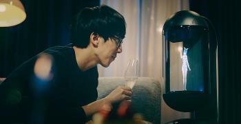 Японец се бракосъчета с холограма