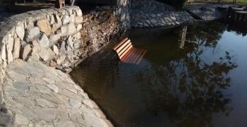 """Вандали хвърлиха пейка в езерото на парк """"Артилерийски"""" в Стара Загора"""