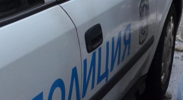 Мъж скочи от автобус, рани полицай