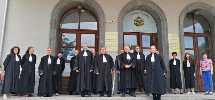 В Стара Загора адвокати проведоха мълчалив протест пред Съдебната палата