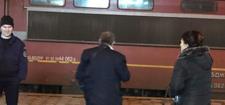 Мъж скочи пред влак, оцеля по чудо