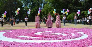 Пищно пано от рози за празника в Казанлък