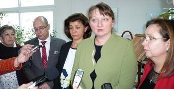 Социалният министър Деница Сачева: Помощта за 1 и 8 клас да стане 300 лв. и да е без доходен критерий