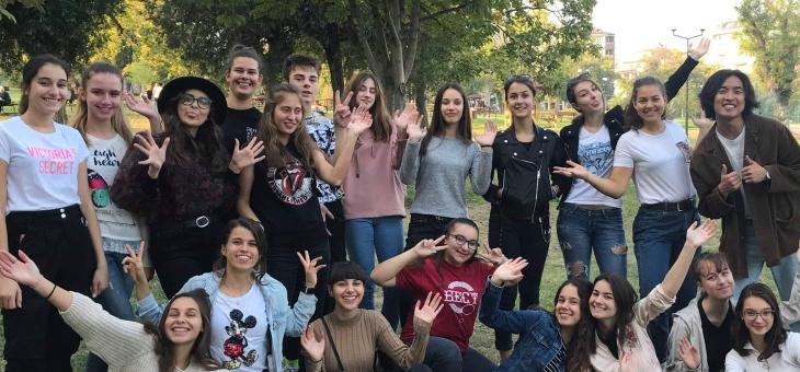 """Ученици създават """"Стена на словото"""" в Стара Загора"""