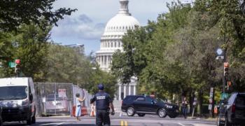 Край Капитолия мъж заплашва да взриви кола с експлозиви