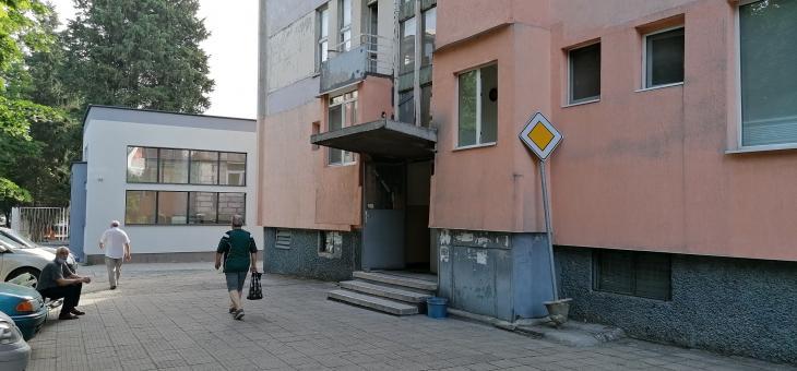 Знак подпира блок в Стара Загора